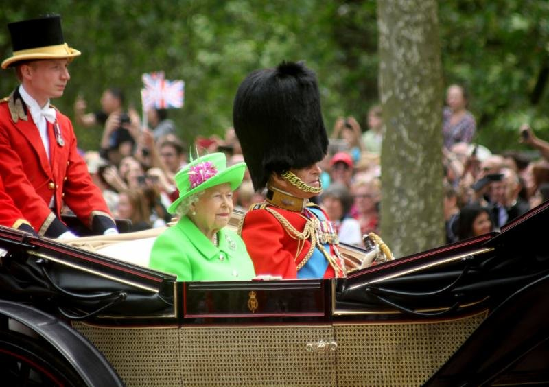Mengintip Isi Brankas Ratu Elizabeth II