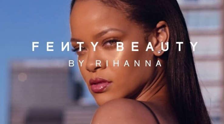 Rihanna Menggugat Ayah Kandungnya, Kenapa?