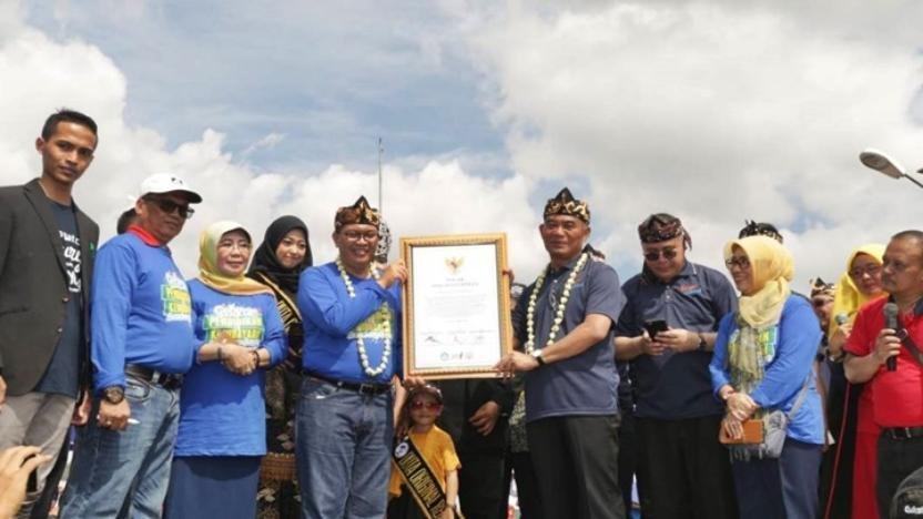 16 Ribu Siswa SD di Bandung Pecahkan Rekor Menulis Puisi