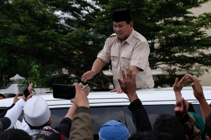 Mirip Konser Musik, Prabowo Lepas dan Lempar Baju