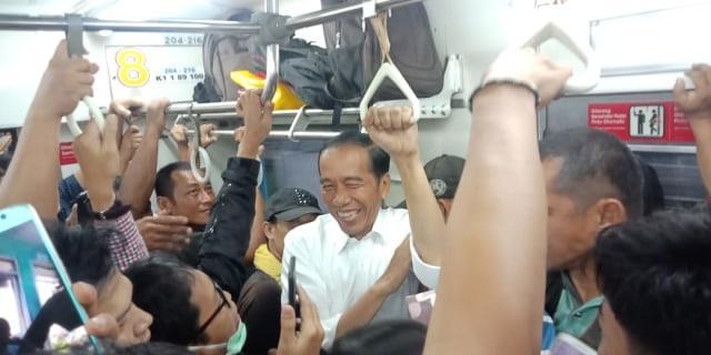 Viral, Naik KRL Jokowi Dapat Nasehat Dari Commuters
