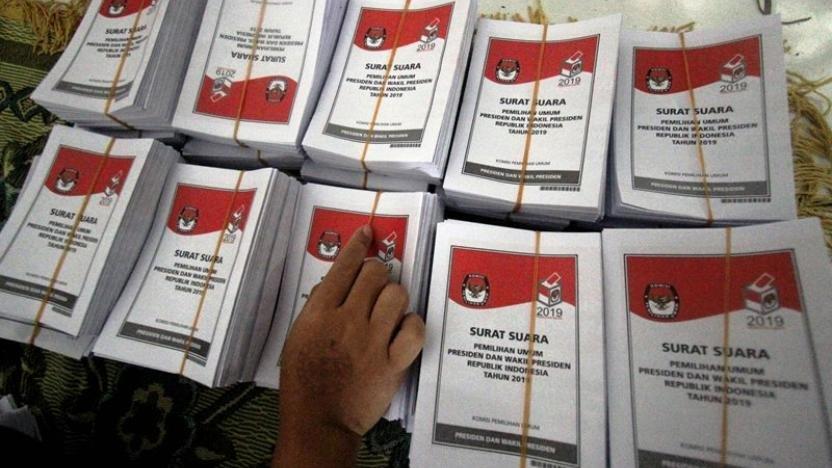Gotong-royong Melipat Surat Suara Pemilu 2019